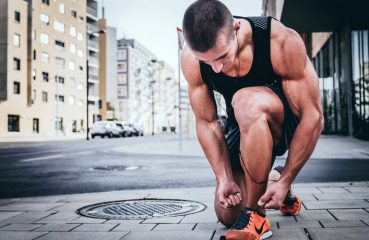 runner tying shoes