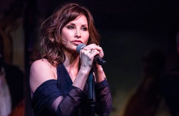 gina gershon at cafe carlyle